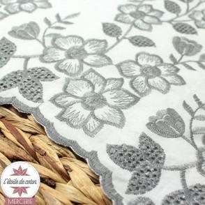 Tissu coton blanc brodé fleurs grises