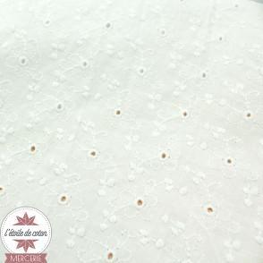 Coton brodé Margaux Fleurs ajourées sur fond blanc