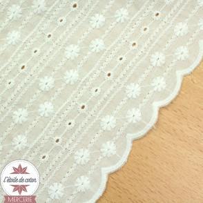 Coton brodé Jeanne - bordures festonnées - blanc